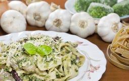 Pâtes avec des épinards, des champignons de couche et des haricots Photo libre de droits