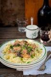 Pâtes avec des boulettes de viande de boeuf et des champignons sauvages Photos libres de droits