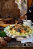 Pâtes avec des boulettes de viande de boeuf et des champignons sauvages Image libre de droits