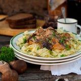 Pâtes avec des boulettes de viande de boeuf et des champignons sauvages Photos stock