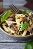 Pâtes avec des champignons et des verts photos libres de droits
