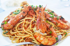 Pâtes avec des crevettes à une taverne grecque Photo libre de droits