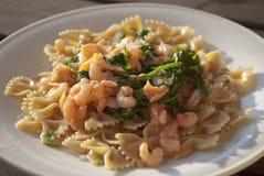Pâtes avec des crevettes et des saumons Images stock