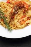Pâtes avec des crevettes roses Images stock