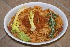 Pâtes avec des herbes de tomatoand Photo libre de droits