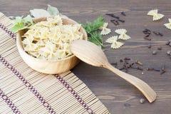 Pâtes avec des herbes et des épices Photo stock
