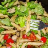 Pâtes avec des légumes cuits dans une poêle Fin vers le haut Photos libres de droits