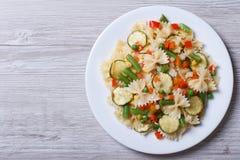 Pâtes avec des légumes sur un fond en bois Vue supérieure Image stock