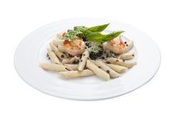 Pâtes avec des lentilles et des crevettes Plat italien traditionnel images stock