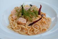 Pâtes avec des oeufs de saumons et de crevette rose Photos libres de droits