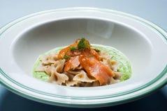 Pâtes avec des saumons Photographie stock libre de droits