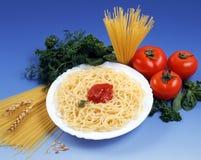 Pâtes avec des tomates? Photographie stock libre de droits