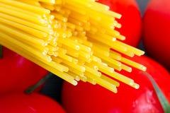 Pâtes avec des tomates pour la cuisson Photographie stock libre de droits