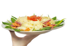 Pâtes avec du fromage, salami, tomates Image stock