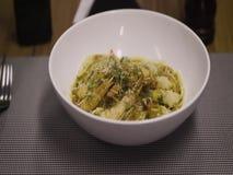 Pâtes avec la crevette étant servie sur la table clips vidéos