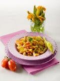 Pâtes avec la fleur de courgettes Photographie stock libre de droits