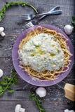Pâtes avec la sauce aux champignons photo libre de droits
