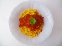 Pâtes avec la sauce tomate et basilic dans une cuvette en céramique blanche d'en haut Images libres de droits