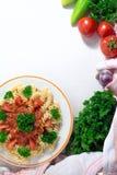 Pâtes avec la sauce tomate et le persil sur la fin blanche de table  Photo libre de droits