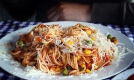 Pâtes avec la sauce tomate servie dans un restaurant photo libre de droits
