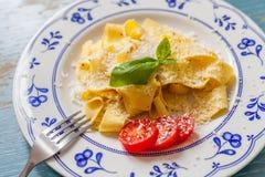 Pâtes avec la tomate et le basilic Photo libre de droits