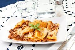 Pâtes avec le bechamel et la sauce et les tomates à viande Photographie stock libre de droits