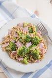 Pâtes avec le brokkoli et le jambon Photos libres de droits