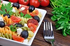 Pâtes avec le légume dans un plat et une fourchette photographie stock libre de droits