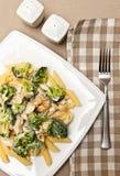 Pâtes avec le plat de poulet et de brocoli Image libre de droits