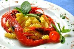 Pâtes avec les crevettes roses siciliennes rouges image stock