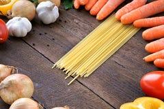 Pâtes avec les légumes frais sur la table Image libre de droits
