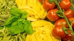 Pâtes avec les tomates et le basilic rouges frais Images stock