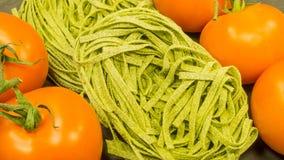 Pâtes avec les tomates et le basilic rouges frais Photographie stock