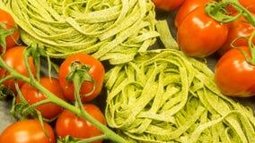 Pâtes avec les tomates et le basilic rouges frais Photo libre de droits