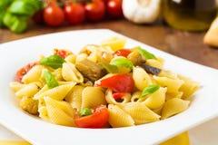 Pâtes avec les veggies grillés photographie stock libre de droits