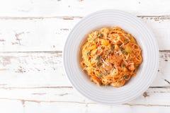 Pâtes bolonaises de spaghetti avec la sauce tomate, les légumes et la viande de poulet sur le fond rustique en bois blanc Les FO  photo libre de droits