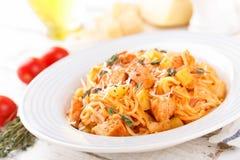Pâtes bolonaises de spaghetti avec la sauce tomate, les légumes et la viande de poulet sur le fond rustique en bois blanc Les FO  photos libres de droits