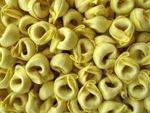 Pâtes bourrées italiennes de Tortellini Images stock