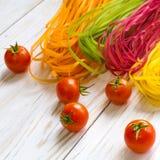 Pâtes colorées avec des légumes Photographie stock