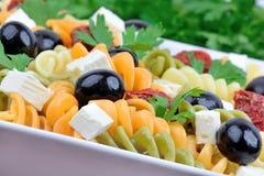 Pâtes colorées avec le légume dans un plat photographie stock