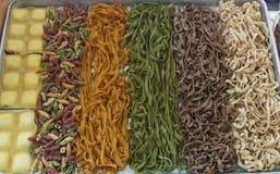 Pâtes colorées crues fraîches dans un plateau photographie stock