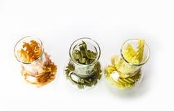 Pâtes colorées dans un verre photo libre de droits