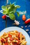 Pâtes colorées de penne avec des tomates photographie stock libre de droits