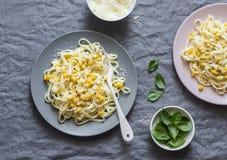 Pâtes crémeuses de maïs Linguine avec du maïs crémeux sur un fond gris photos libres de droits