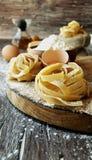 Pâtes crues avec de la farine sur la table, foyer sélectif images libres de droits