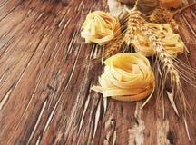 Pâtes crues avec de la farine sur la table, foyer sélectif Photo stock