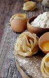 Pâtes crues avec de la farine sur la table, foyer sélectif Photos libres de droits