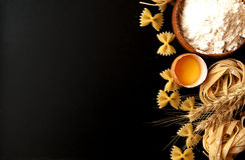 Pâtes crues avec de la farine sur la table, foyer sélectif Image libre de droits