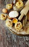 Pâtes crues avec de la farine sur la table, foyer sélectif photo libre de droits