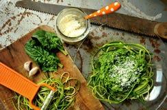 Pâtes crues avec le pesto de courgette et d'épinards avec l'ail Image stock